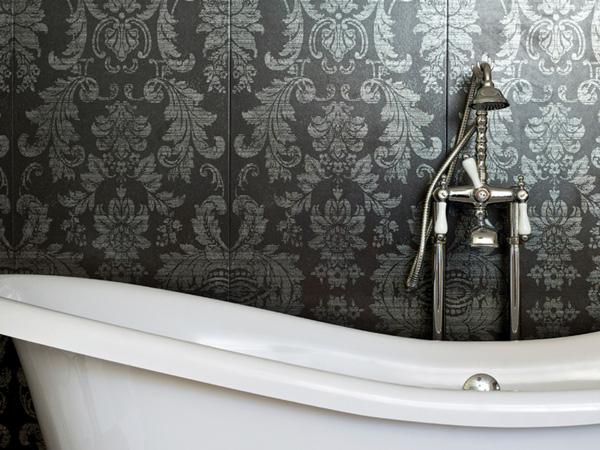damask-bathroom-wallpaper