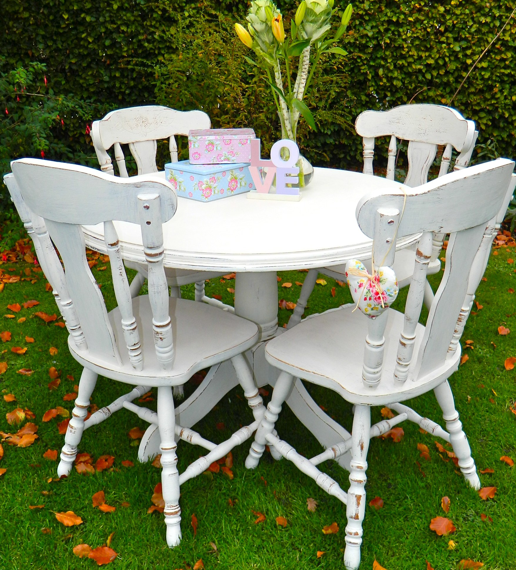 Top 50 shabby chic round dining table and chairs home for Shabby chic dining table decor