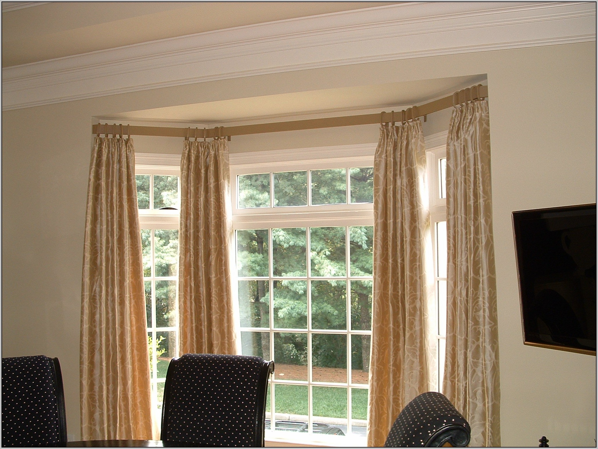 curved-curtain-rails-for-bay-windows