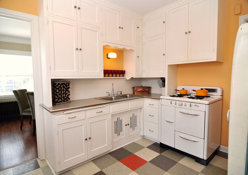 Small kitchen ideas on a budget uk for Small kitchen decorating ideas on a budget